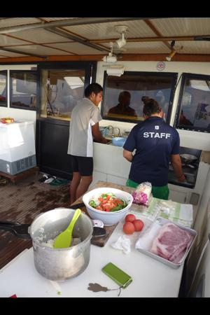 船尾にあるキッチンで、夕食の準備が始まりました!
